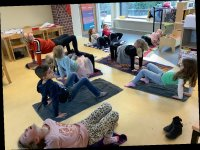 Gun kinderen rust in hun volle hoofd met mindfulness of kindermeditatie
